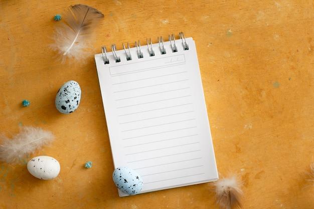 Bovenaanzicht kladblok papier met paaseieren