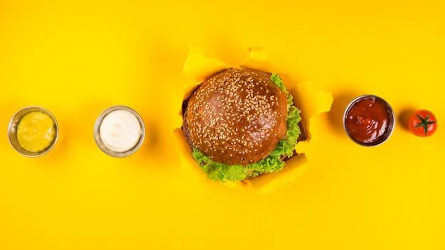 Bovenaanzicht klassieke hamburger met verschillende dips