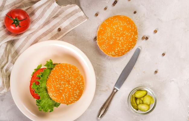 Bovenaanzicht klassieke hamburgers klaar om te worden geserveerd