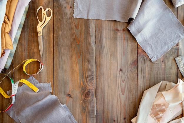 Bovenaanzicht kleermaker werkplek achtergrond met stof
