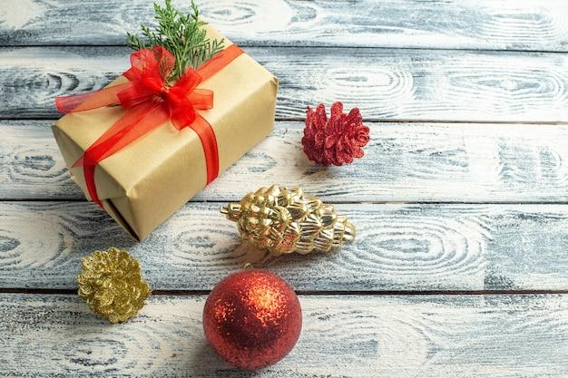 Bovenaanzicht klein cadeau kerstboom speelgoed op houten achtergrond vrije ruimte