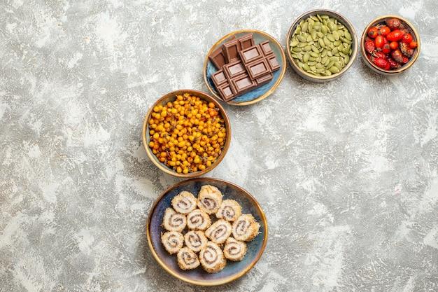 Bovenaanzicht kleine broodjes snoepjes met chocolade op witte achtergrond