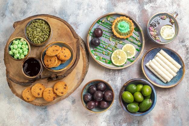 Bovenaanzicht kleine cake met fruit en snoepjes