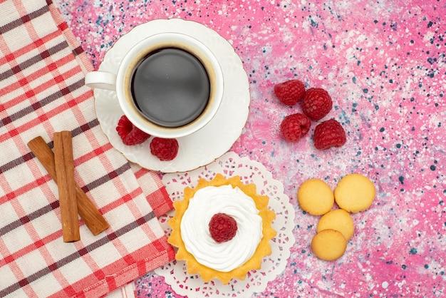 Bovenaanzicht kleine cake met roomkoekjes verse frambozen samen met kopje koffie op de gekleurde oppervlaktekleur