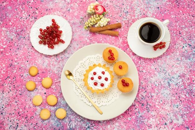 Bovenaanzicht kleine cake met roomkoekjes verse veenbessen samen met een kopje koffie en kaneel op het gekleurde oppervlak cake zoet