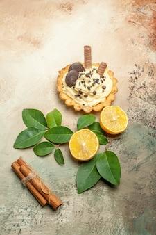 Bovenaanzicht kleine lekkere cake met slagroom op lichte tafel zoete taart dessertcake