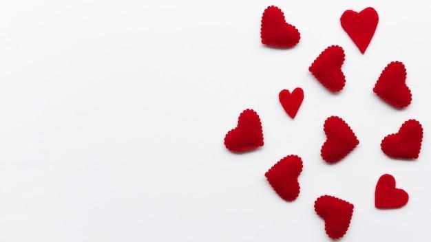 Bovenaanzicht kleine rode harten met kopie-ruimte