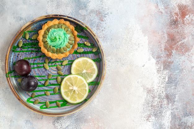Bovenaanzicht kleine romige cake met fruit in lade