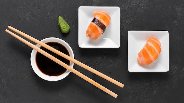 Bovenaanzicht kleine schotels met sushi