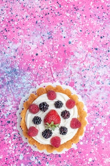 Bovenaanzicht kleine slagroomtaart met bessen op de lichttafel cake biscuit bes zoete bak foto