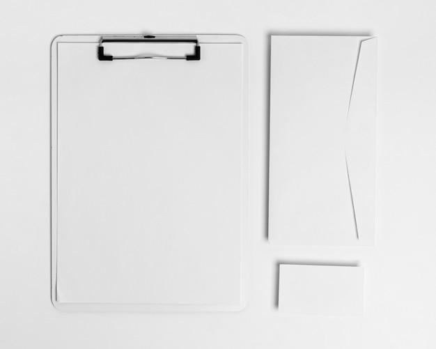 Bovenaanzicht klembord en envelop