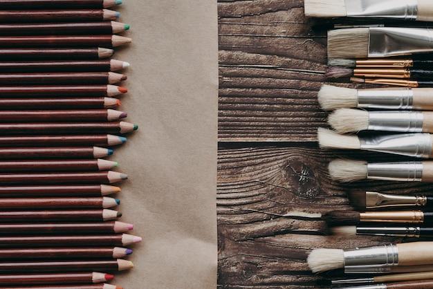 Bovenaanzicht kleurpotloden en borstels arrangement