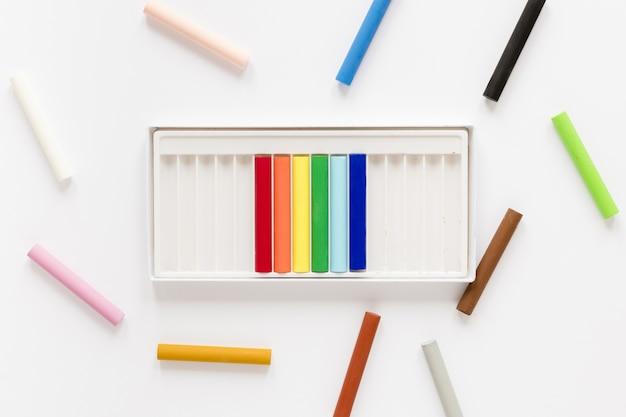 Bovenaanzicht kleurpotloden op bureau