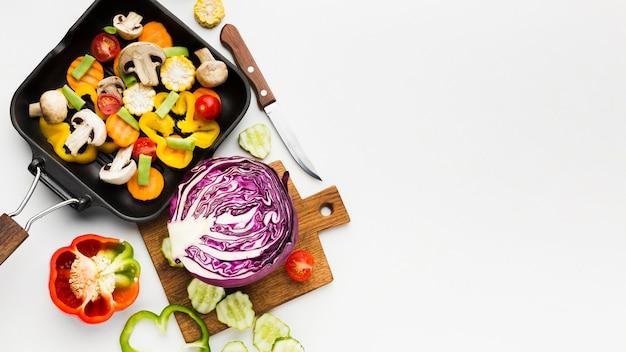 Bovenaanzicht kleurrijk assortiment van groenten met kopie ruimte