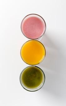 Bovenaanzicht kleurrijke arrangement van verse smoothies