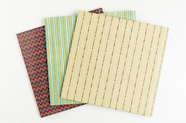 Bovenaanzicht kleurrijke boeken met witte achtergrond