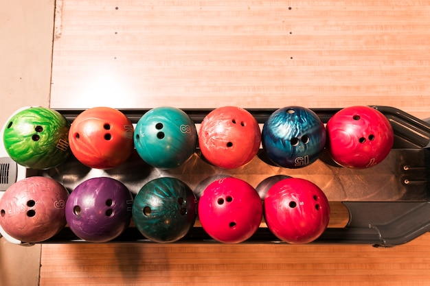 Bovenaanzicht kleurrijke bowlingballen