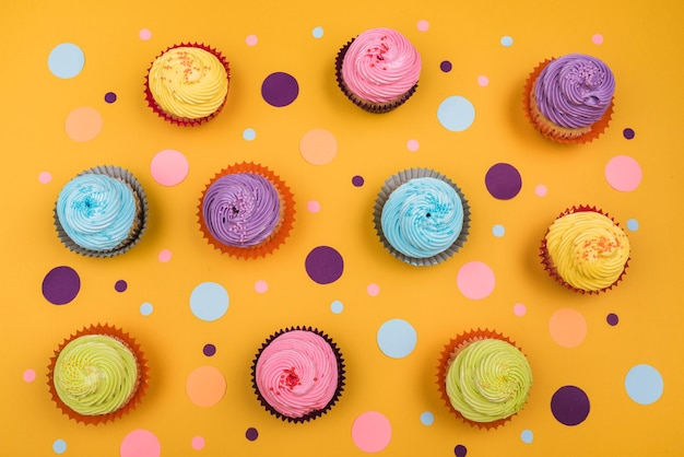 Bovenaanzicht kleurrijke cupcakes op tafel