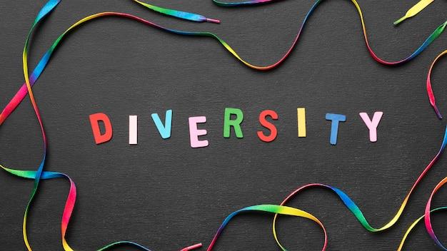 Bovenaanzicht kleurrijke diversiteit woord met regenboog schoenveter