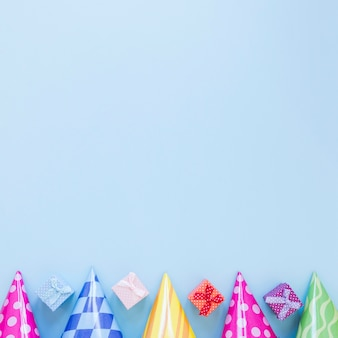 Bovenaanzicht kleurrijke feestmutsen frame