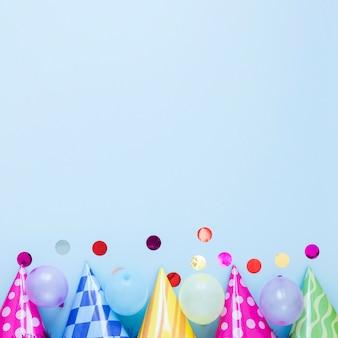Bovenaanzicht kleurrijke feestmutsen met kopie-ruimte
