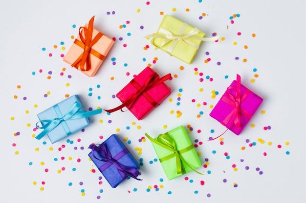Bovenaanzicht kleurrijke geschenken op tafel