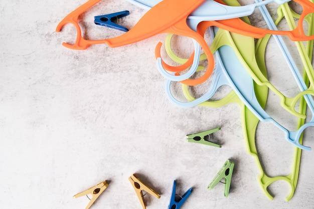 Bovenaanzicht kleurrijke hangers met pinnen
