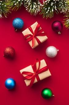 Bovenaanzicht kleurrijke kerstballen en geschenken