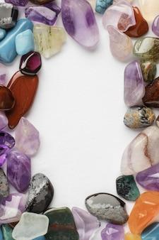 Bovenaanzicht kleurrijke kleine stenen collectie