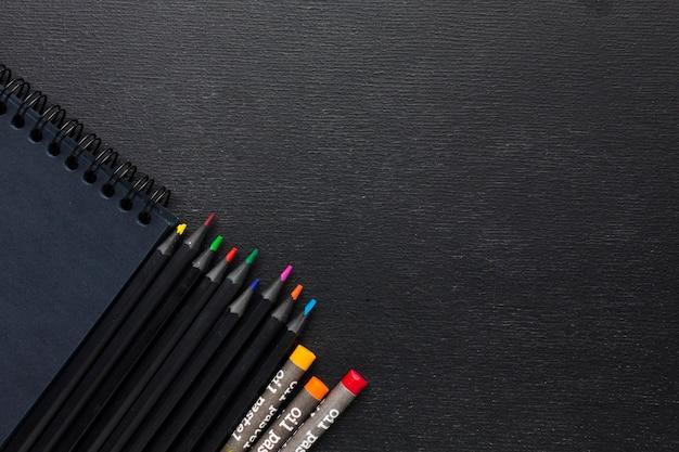 Bovenaanzicht kleurrijke kleurpotloden en potloden