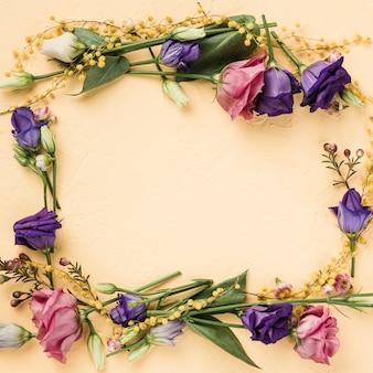 Bovenaanzicht kleurrijke krans van rozen