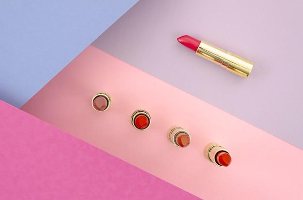 Bovenaanzicht kleurrijke lippenstiften met abstracte achtergrond