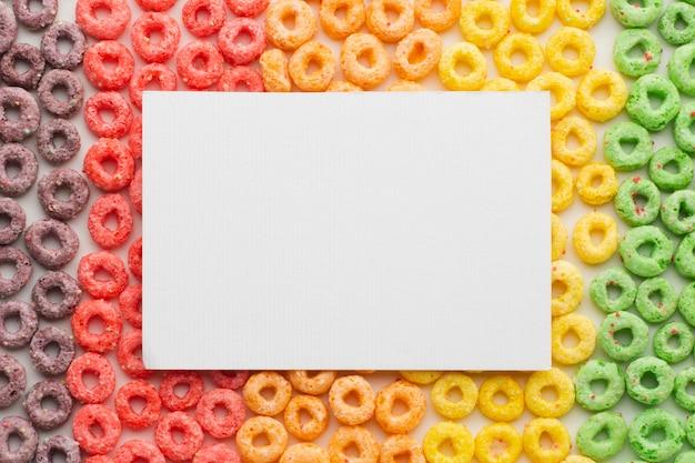Bovenaanzicht kleurrijke ontbijtgranen met mock-up
