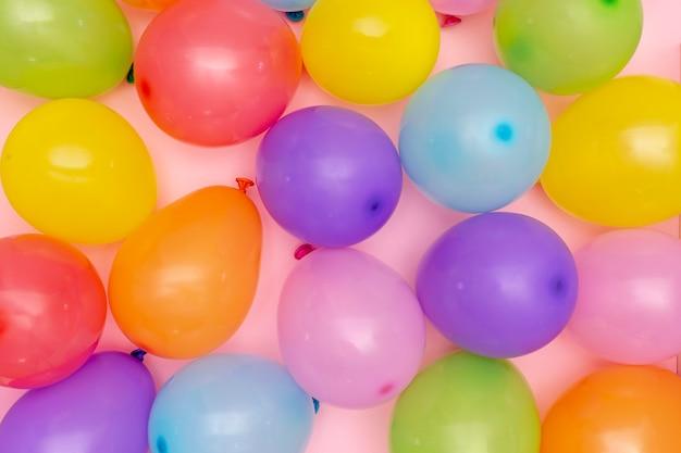 Bovenaanzicht kleurrijke opgeblazen ballonnen regeling