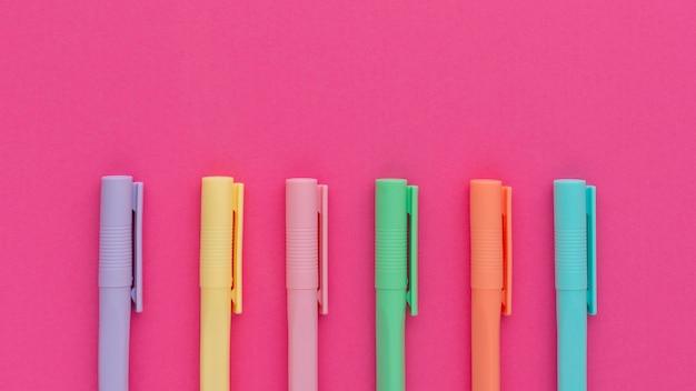 Bovenaanzicht kleurrijke pennen arrangement