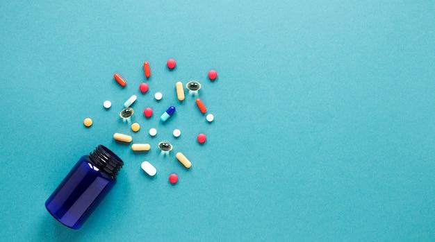 Bovenaanzicht kleurrijke pillen met kopie ruimte