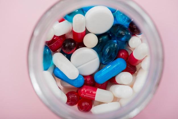 Bovenaanzicht kleurrijke pillen