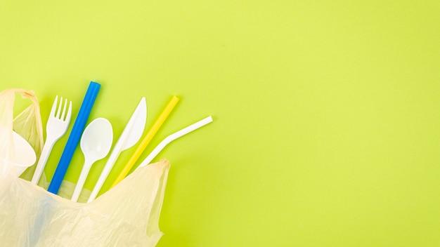 Bovenaanzicht kleurrijke plastic bestek