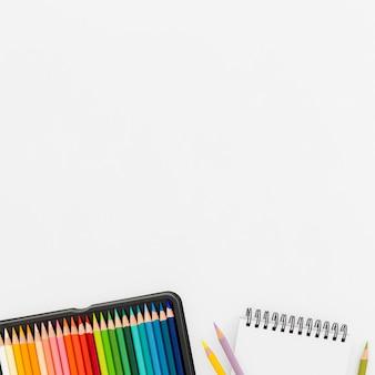 Bovenaanzicht kleurrijke potloden met kopie ruimte