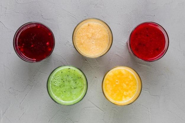 Bovenaanzicht kleurrijke smoothie glazen