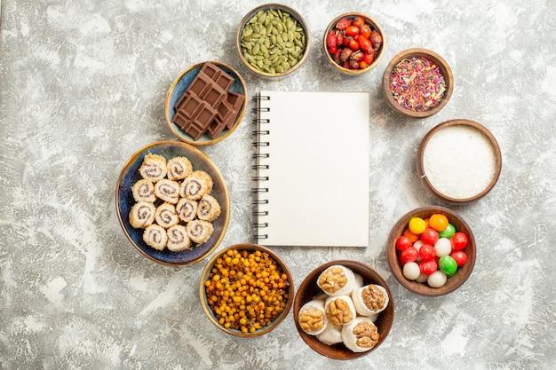 Bovenaanzicht kleurrijke snoepjes met zoete roll snoepjes op witte tafel snoep kleur zoet
