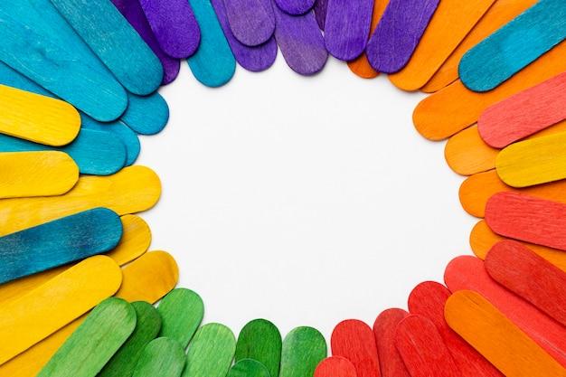 Bovenaanzicht kleurrijke stokken met kopie-ruimte