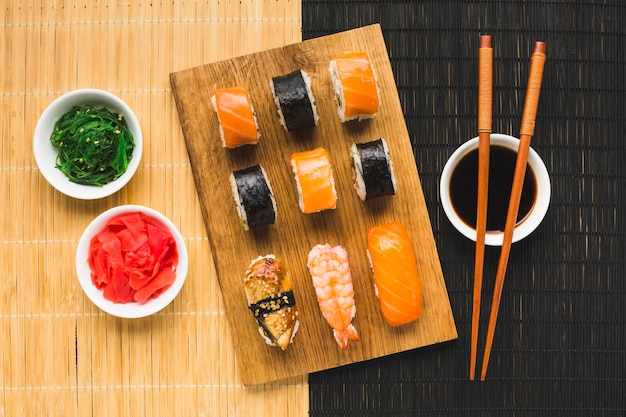 Bovenaanzicht kleurrijke sushi plating