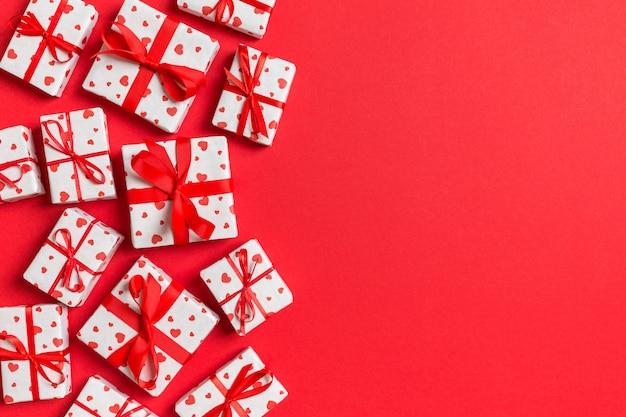 Bovenaanzicht kleurrijke valentijn gemaakt van geschenkdozen met rode harten. valentijnsdag