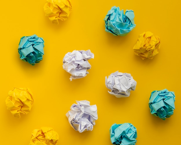 Bovenaanzicht kleurrijke verfrommeld stukjes papier