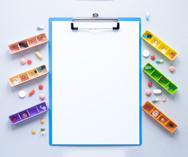 Bovenaanzicht kleurrijke verscheidenheid van pillendoosjes op de tafel