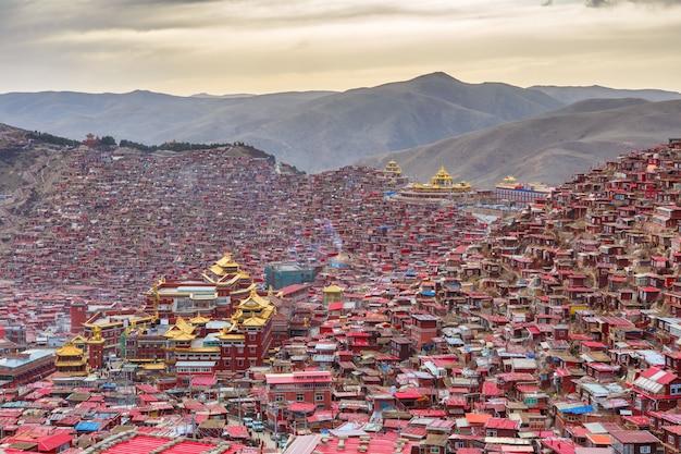Bovenaanzicht klooster op larung gar (boeddhistische academie)