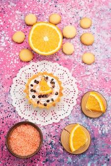 Bovenaanzicht koekjes en cake met stukjes sinaasappel op het heldere oppervlak koekjeskoekje fruitcake suiker zoet
