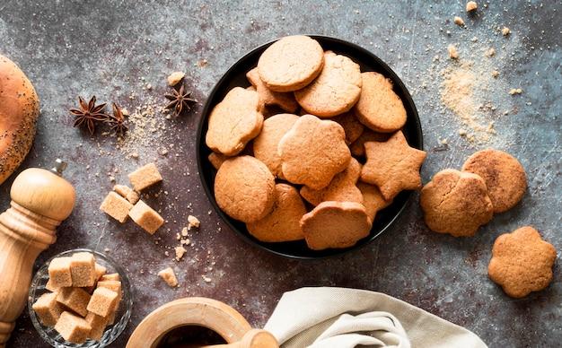 Bovenaanzicht koekjes in kom met bruine suikerklontjes