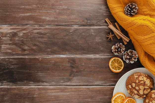 Bovenaanzicht koekjesplaten en gedroogde schijfjes citroen met kopie-ruimte en pullover